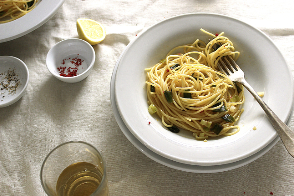 Simple Garlic Spaghetti with Scallions | food for freude